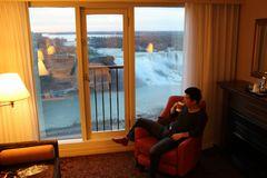 ホテル客室から見るナイアガラの滝